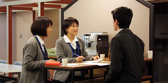 カフェを活用して英会話などの勉強にも社員のクリエイティビティを刺激します。