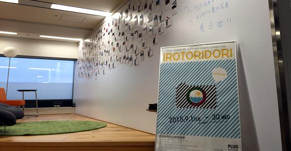 オフィスの壁面ホワイトボードを活用して、多く社員の写真が展示されました。