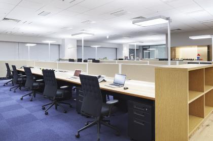 タスクアンビエント照明が、個の空間と執務室の雰囲気をつくり出す