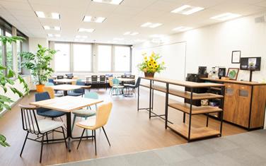 オフィスに雑談が弾むカフェ空間
